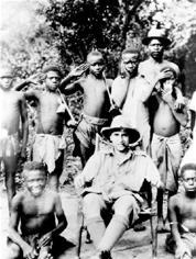 E. E. Evans-Pritchard (1902–1973), Στην φωτογραφία της περιόδου 1926-1930) με ομάδα παιδιών των Ζάντε του Σουδάν.930