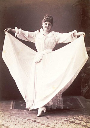 Lind performing a skirt dance in 1890
