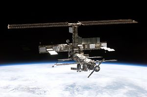 Stasiun Luar Angkasa Internasional difoto setelah berpisah dengan Pesawat ulang-alik  Discovery, 7 Agustus 2005
