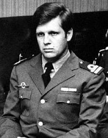Junta-kaptajn Alfredo Astiz i uniform
