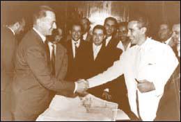 Enrico Mattei e Abderahim Bouabid, ministro dellEconomia del Marocco, firmano laccordo petrolifero del 1958. Fotografia di pubblico dominio.