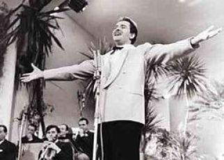Modugno durante l'esibizione al Festival di sanremo del 1958.jpg