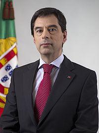 https://i2.wp.com/upload.wikimedia.org/wikipedia/pt/thumb/7/7b/Retrato_oficial_Vitor_Gaspar.jpg/200px-Retrato_oficial_Vitor_Gaspar.jpg