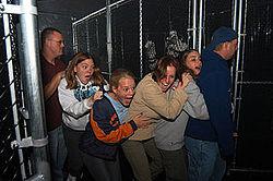 Melbourne, Australia: vizitatori înspăimântaţi caută ieşirea din închisoarea virtuală Prison Break.