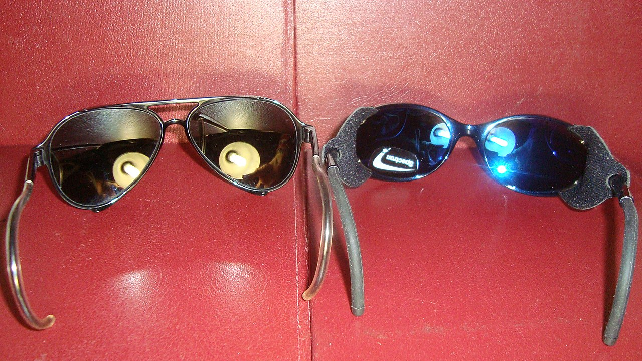 fbb7df0d4a7 Prillide tagakülg ilma peegeldusvastase katteta (vasakul) ja kaetud  (paremal). Pange tähele, et värvitud sinine lääts on kaetud