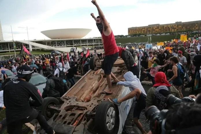 Terroristas viraram e destruíram um carro da TV Record