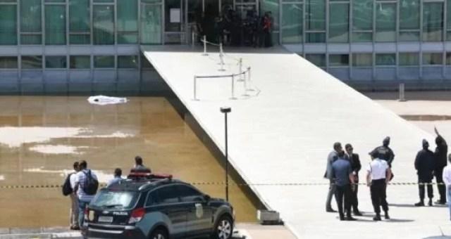 Resultado de imagem para homem pulou do congresso nacional