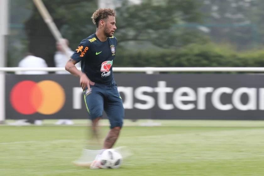42458539371 43c346e0bb o - Neymar sente dor em pé operado durante treino e preocupa