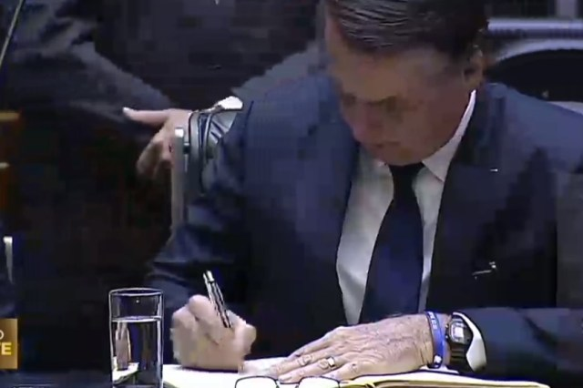 bolsonaro assina