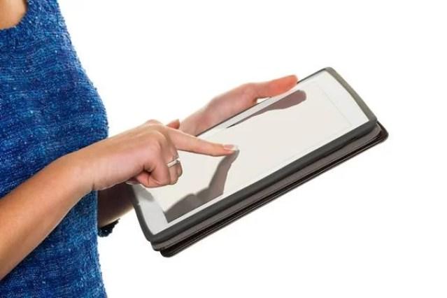 Mulher mexendo em tablet/e-book