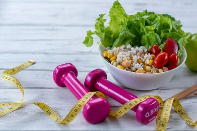 prato de salada com pesos e fita métrica