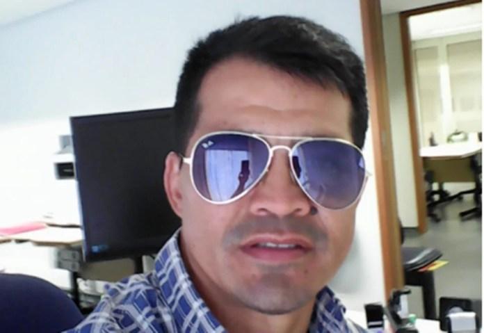 homem de óculos escuros