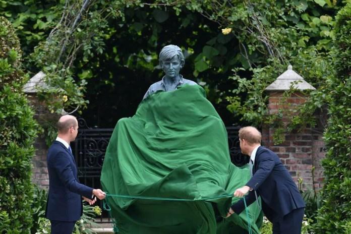 Principes William e Harry em evento do lançamento de estátua de Diana_1