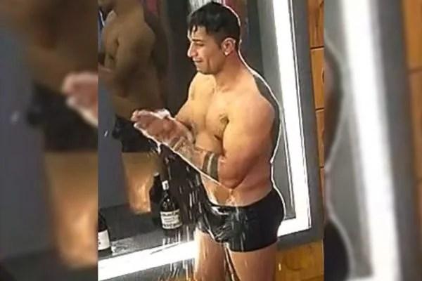 Tiago Piquilo toma banho em A Fazenda