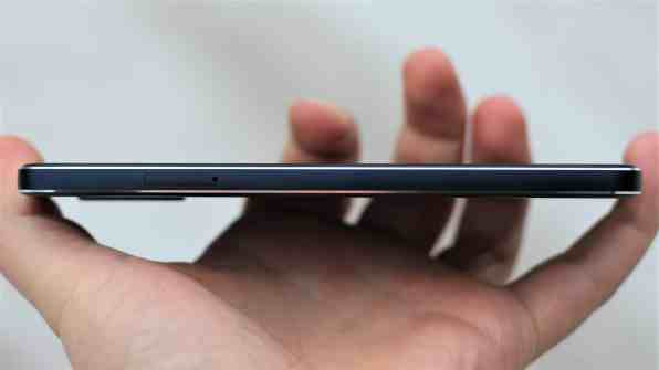 Nokia 7.1 -puhelimen vasen reuna.