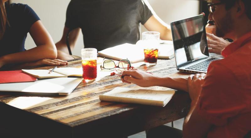 expertos en la materia y analistas de negocios en diseño colaborativo