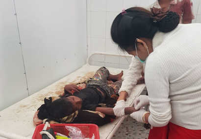 A nurse attends to a boy injured by a blast in Buthidaung township, in Myanmar's Rakhine state, Jan. 7, 2020. (Photo provided to VOA by source who requested not to be identified)