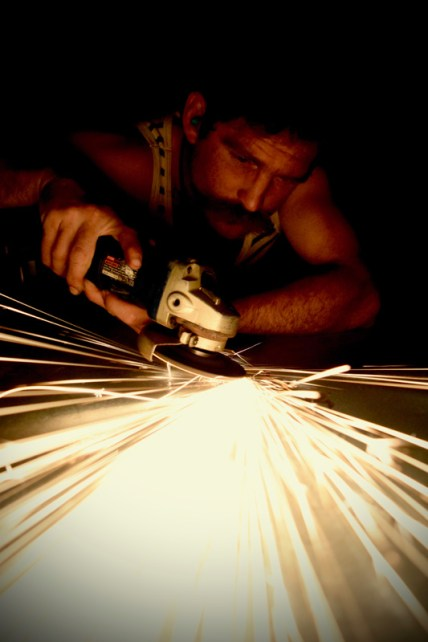 Grinding steel with an angle grinder for a rust piece; photo by Pieter Gaspersz_01