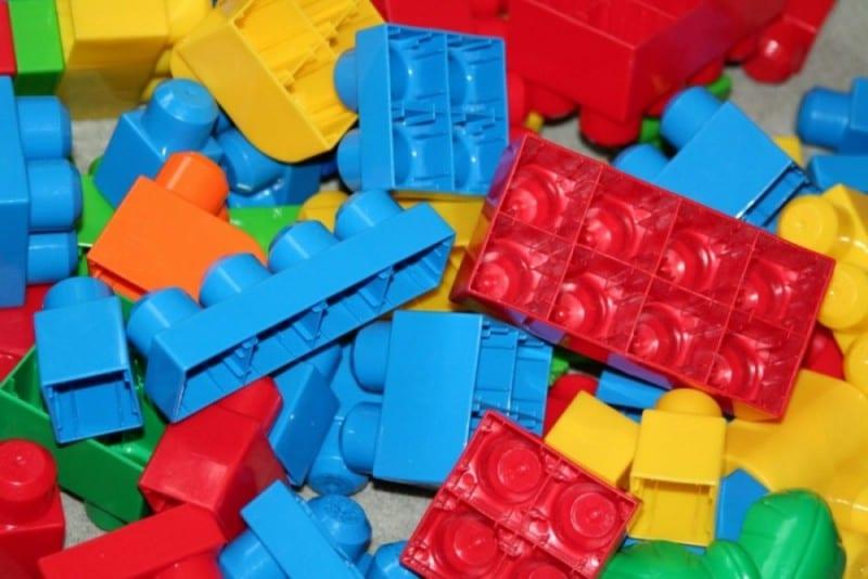 Reciclar brinquedos: Ler no Lego
