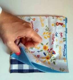 Dispor uma camada de tecido, uma camada de feltro e outra camada de tecido, Como se fosse uma sandwish.