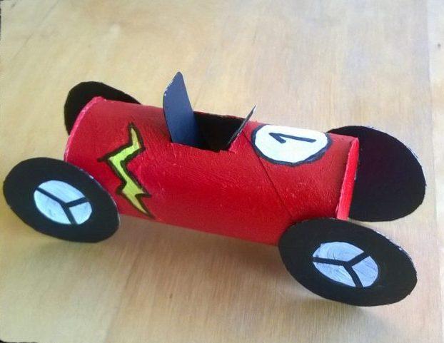 Vamos fazer um Carro de corrida Todos os miúdos gostam de construir coisas, especialmente quando se trata de um carro de corrida espetacular!