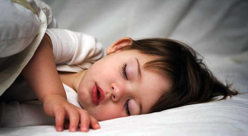 O meu filho está doente Já passa da meia-noite. Deitado ao meu lado o Pedro vai descansando num sono leve e constantemente interrompido por gemidos.