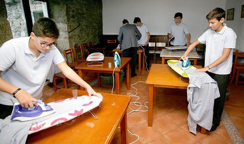 Colégio espanhol ensina as crianças a cozinhar, limpar e passar roupa.