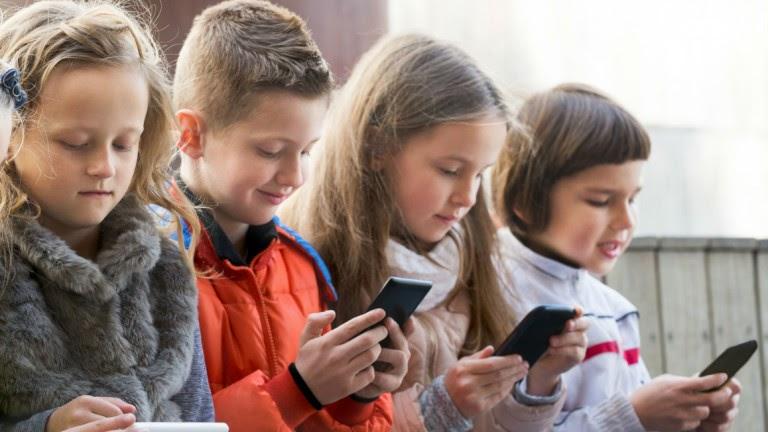 Sinais de dependência da internet e de vídeos em crianças e jovens