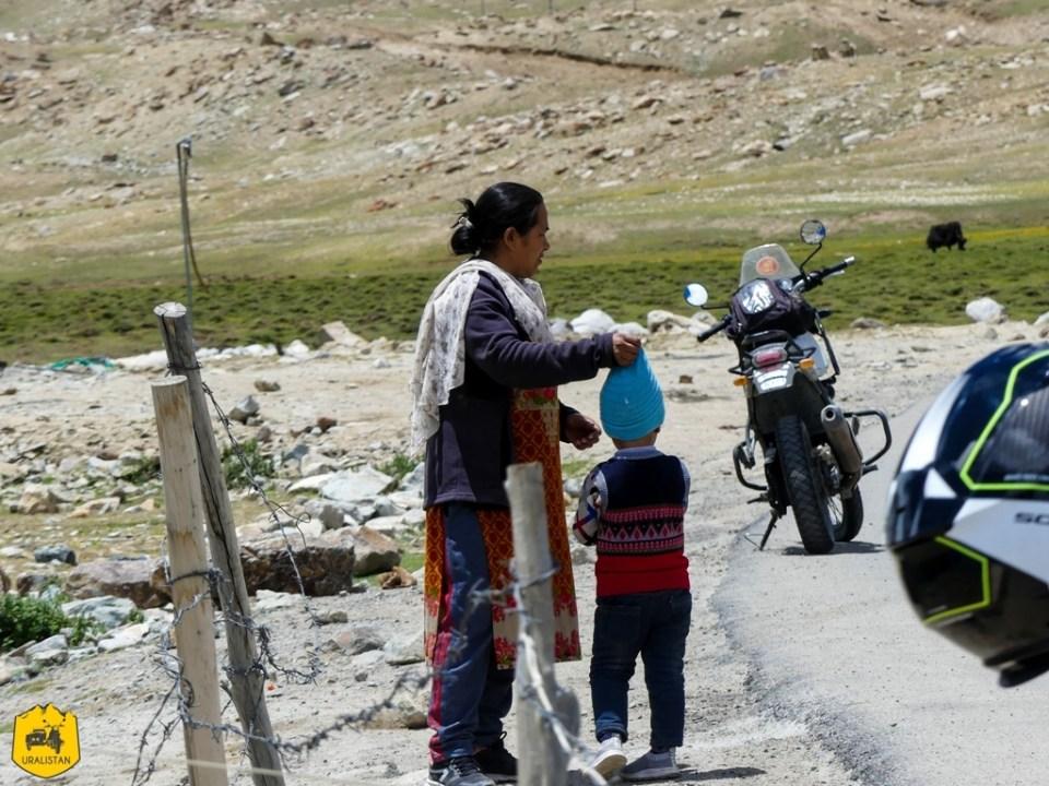 Roadtrip moto en Himalaya - au pied du col Khardung La