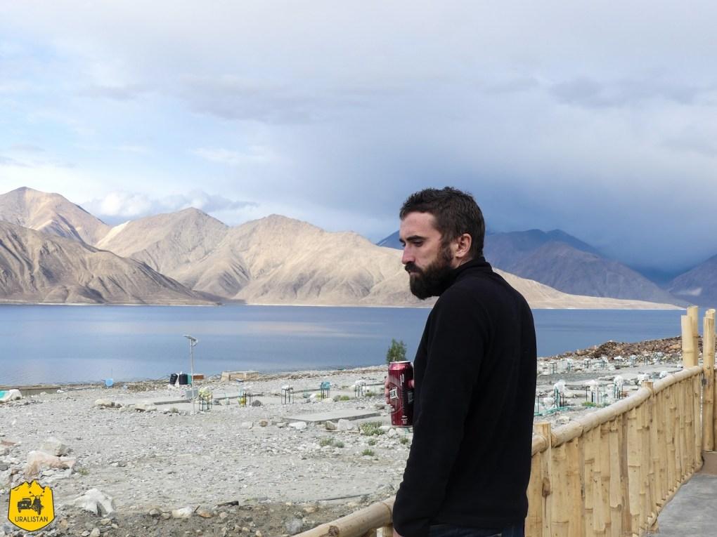 Pause bière au lac de Pangong, voyage au Ladakh, Inde