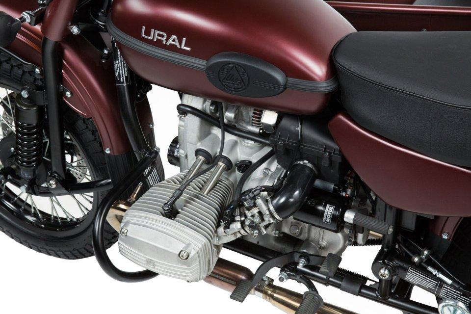 Vérifier les traces d'huile moteur, faire l'entretien de son sidecar Ural