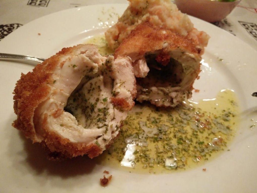 Gastronomie Ukrainienne, plat traditionnel d'Ukraine : poulet à la Kiev