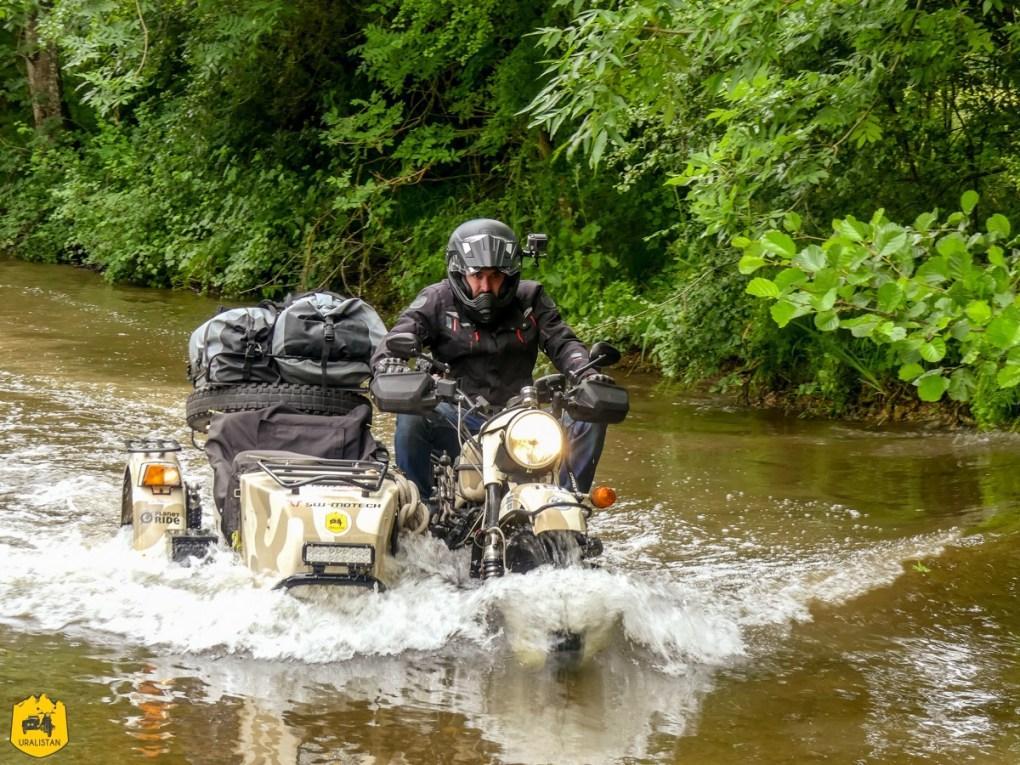 Traversée de rivière en side car - Voyage moto dans le Berry Val de Creuse - URALISTAN