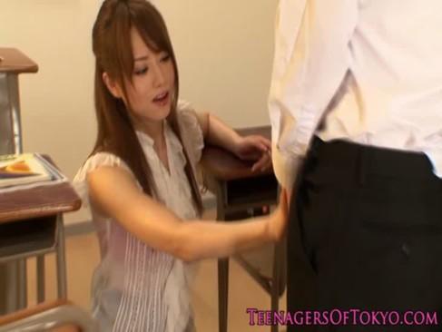 大人気AV女優の吉沢明歩が女教師に変身!生徒を押し倒し汗だくになって腰を振ってるウラビデオ動画