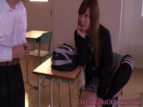 ギャル系セクシー女優の広瀬愛子がパンチラをしながら誘惑しセックスしちゃう無料裏ビデオ動画