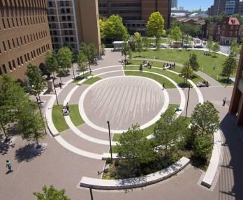 Un triste lieu fonctionnel au centre de Philadelphie a été utilisé pour créer un lieu central pour le campus de l'Université Thomas Jefferson