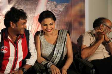 Hemant Madhukar and Veena Malik love birds4