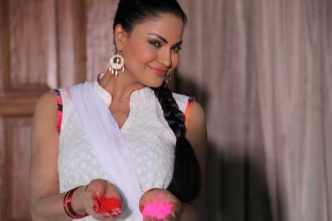 Veena Malik Playing Holi10