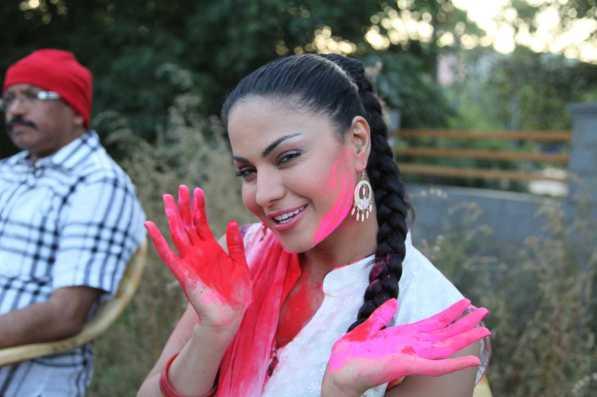 Veena Malik Playing Holi14