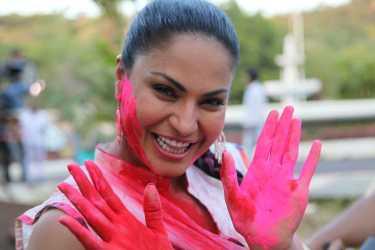 Veena Malik Playing Holi20