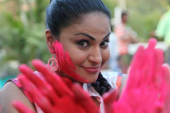 Veena Malik Playing Holi23