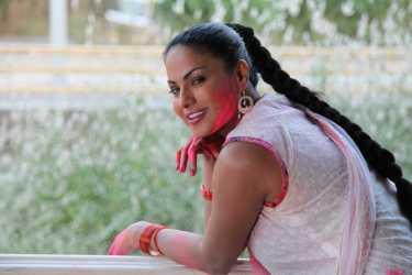 Veena Malik Playing Holi30