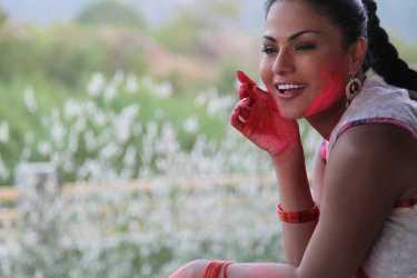 Veena Malik Playing Holi32