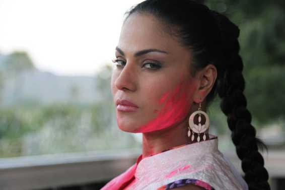 Veena Malik Playing Holi35