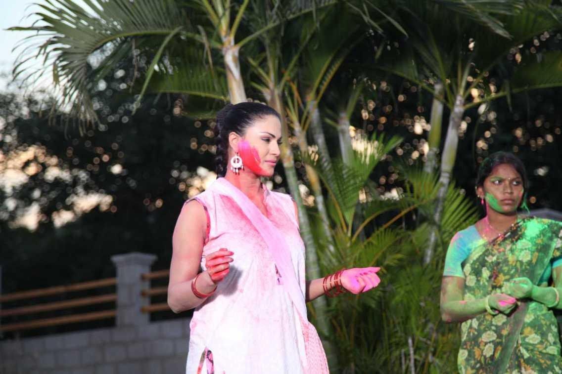Veena Malik Playing Holi36
