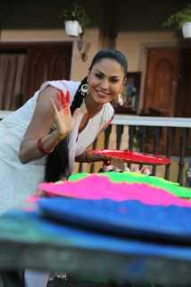 Veena Malik Playing Holi5