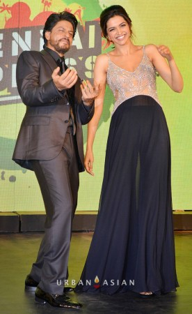 130703_222449Shahrukh Khan With Deepika Padukone At Music Launch