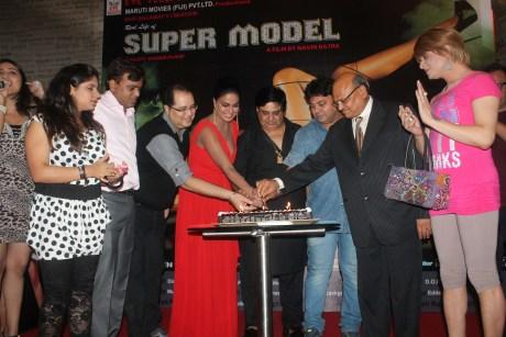 Veena Malik With The Team Of SuperModel..