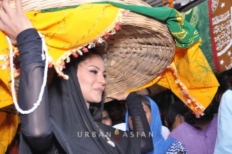 130726_183325Veena Malik At Hazrat Nizamuddin Dargah In Delhi15