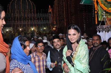 130726_195727Veena Malik At Hazrat Nizamuddin Dargah In Delhi6